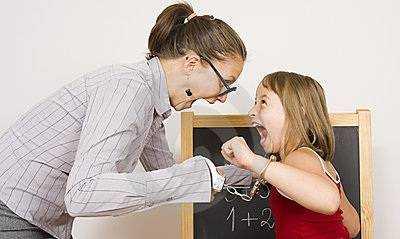 Professora gritando com aluna